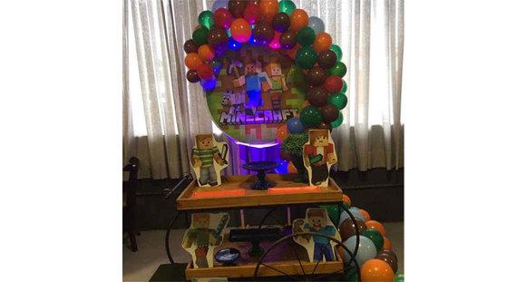 Kit Festa com Carrinho Gourmet OU Mesas-cilindro com painel em lona (1x1m)