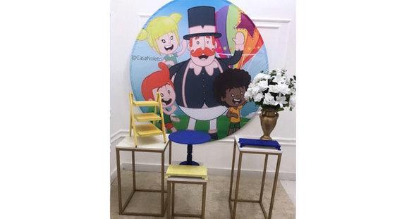 Kit festa com 3 mesas quadradas, painel, porta doces, boleira, vaso e arranjo