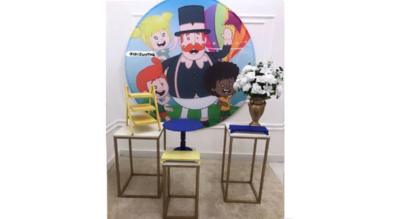 Kit com painel do tema, 3 mesas quadradas, boleira, vaso, arranjos e porta doces