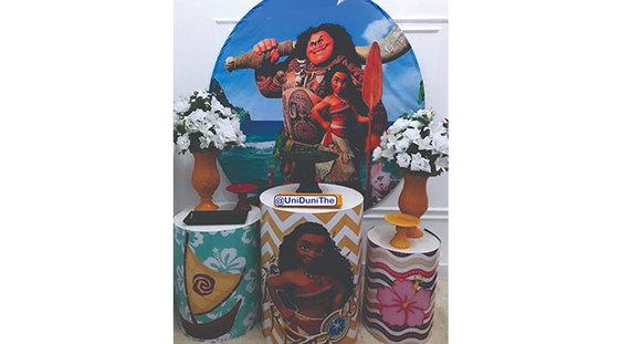 Kit com painel do tema, 3 mesas cilindro, boleira, vaso, arranjos e porta doces